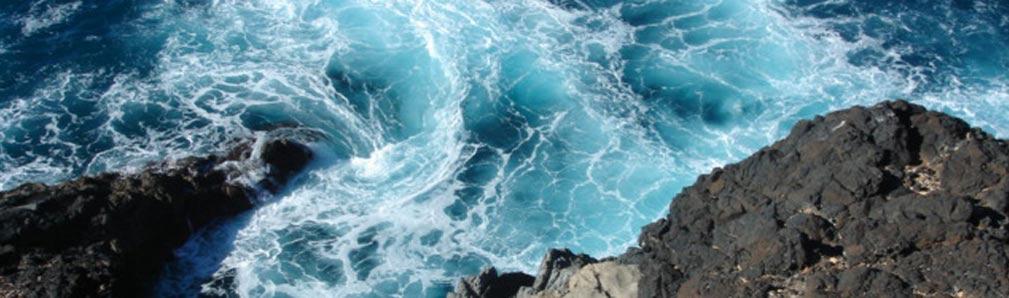 Water kolkend tegen de rotsen